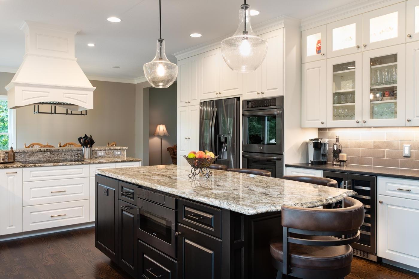 Cuisine classique avec des comptoirs en marbre.