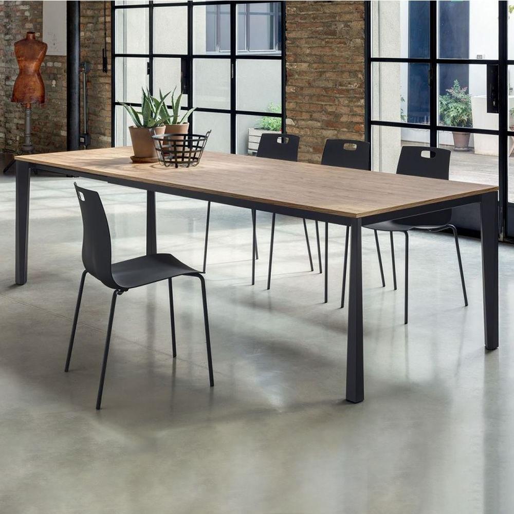 Chaises gris et table en bois et métal.