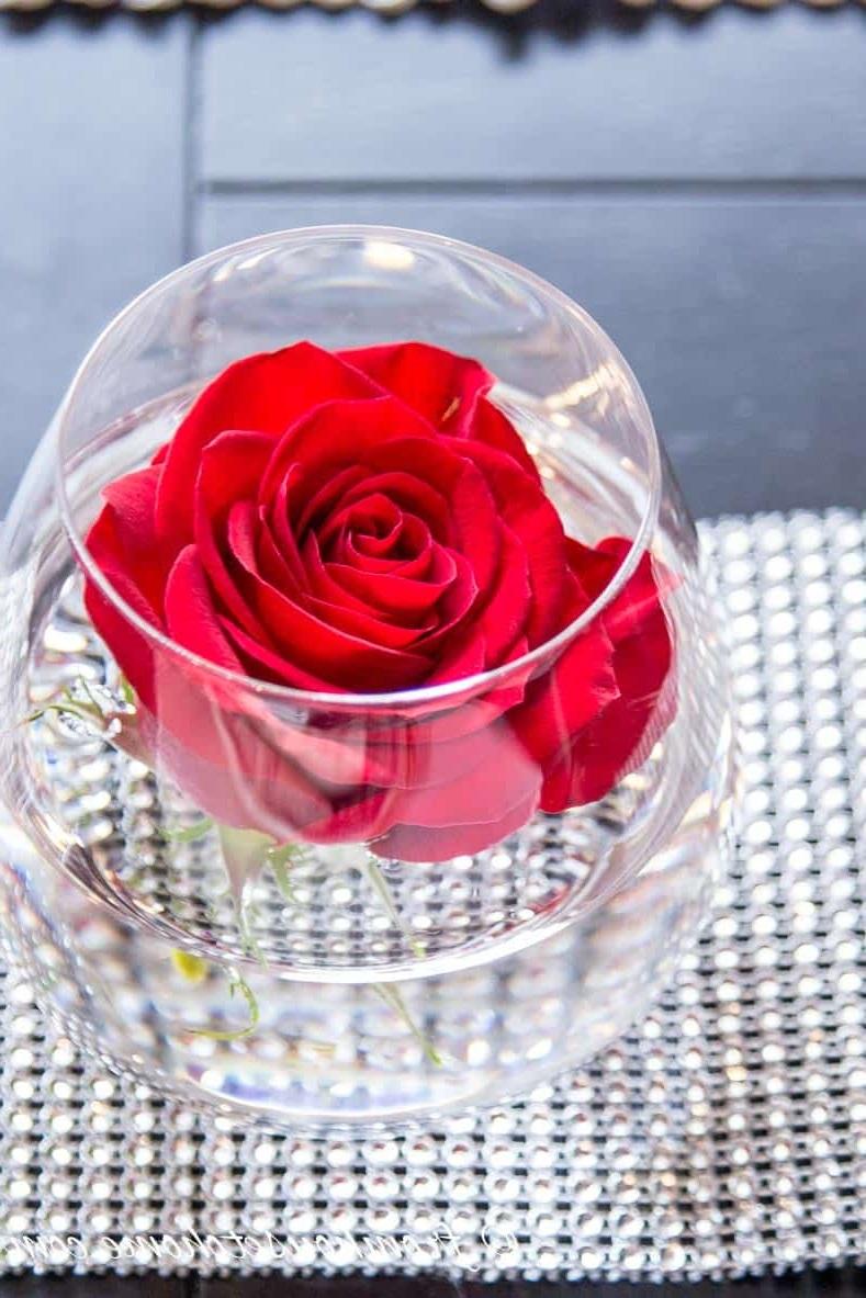 Composition avec verres à vin et roses.