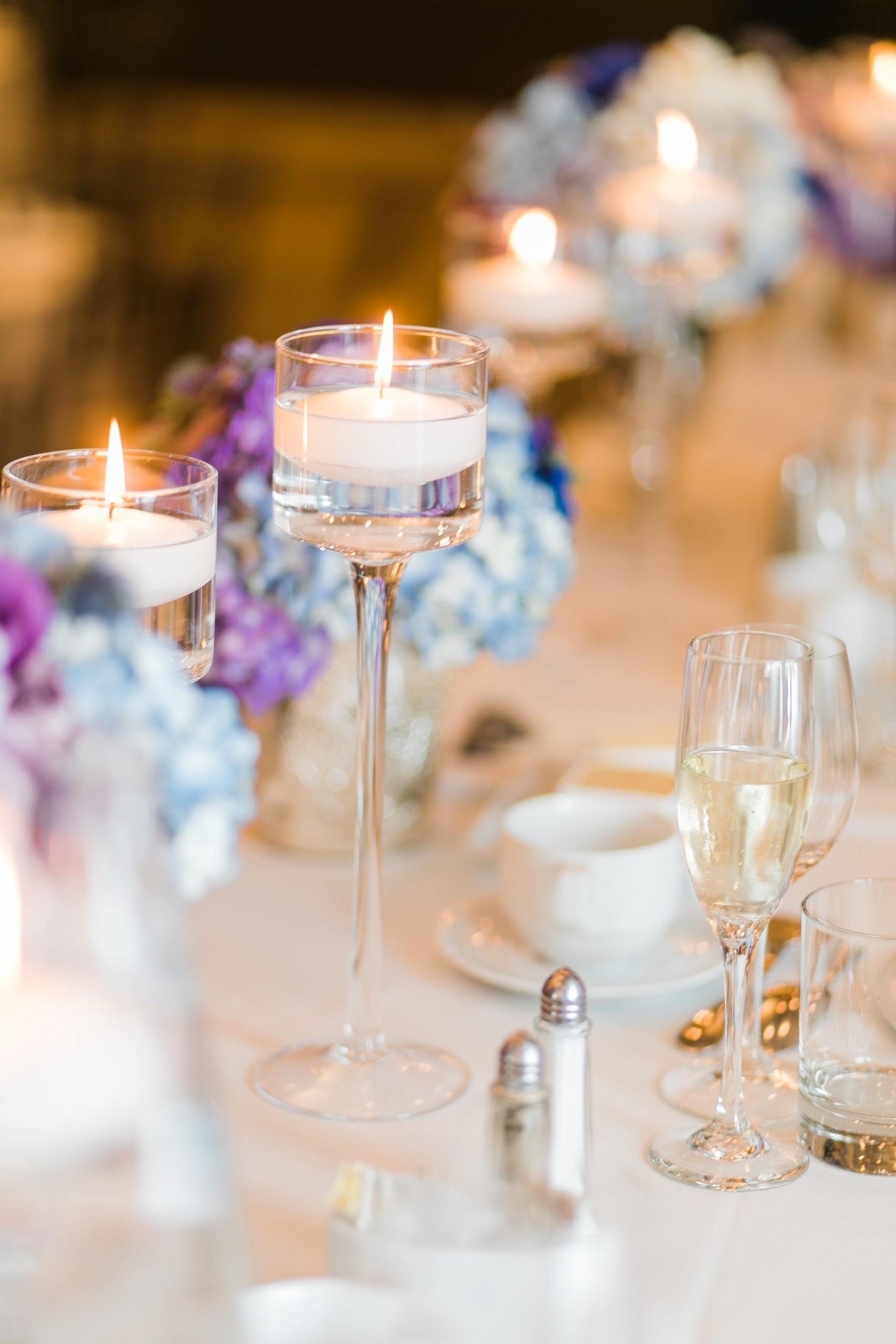 Élegante composition avec verres à pied et bougies.