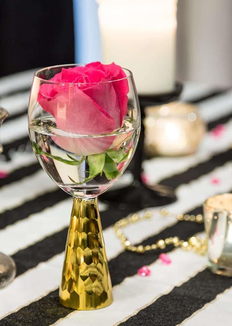 Déco avec verre à vin et roses.