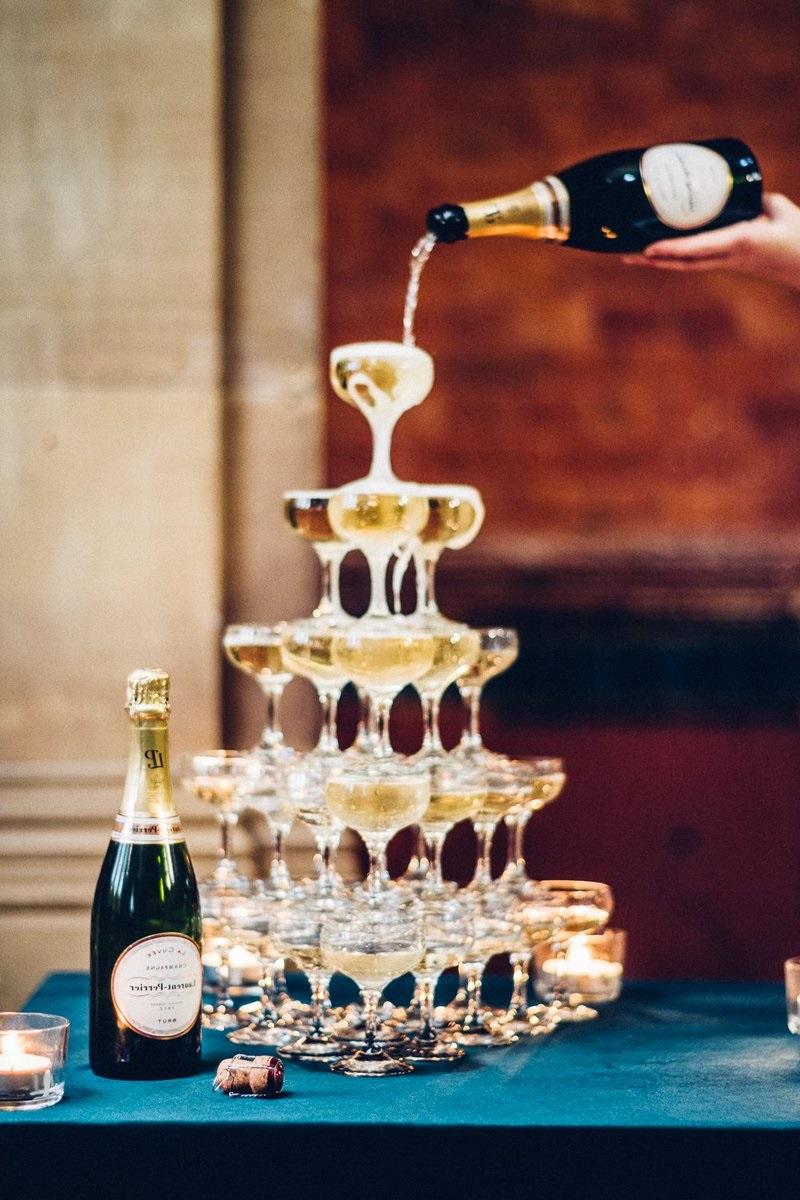 Décoration de fête avec verres à champagne.
