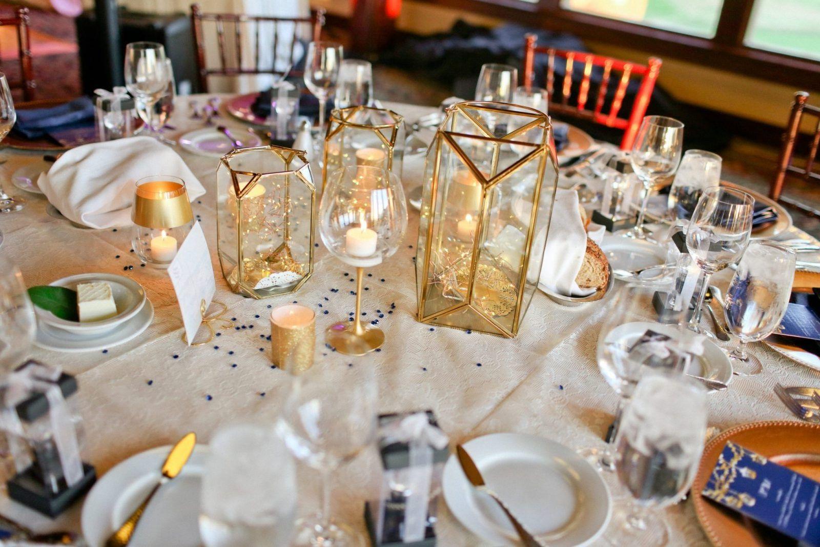 Déco avec verres à vin et bougies.