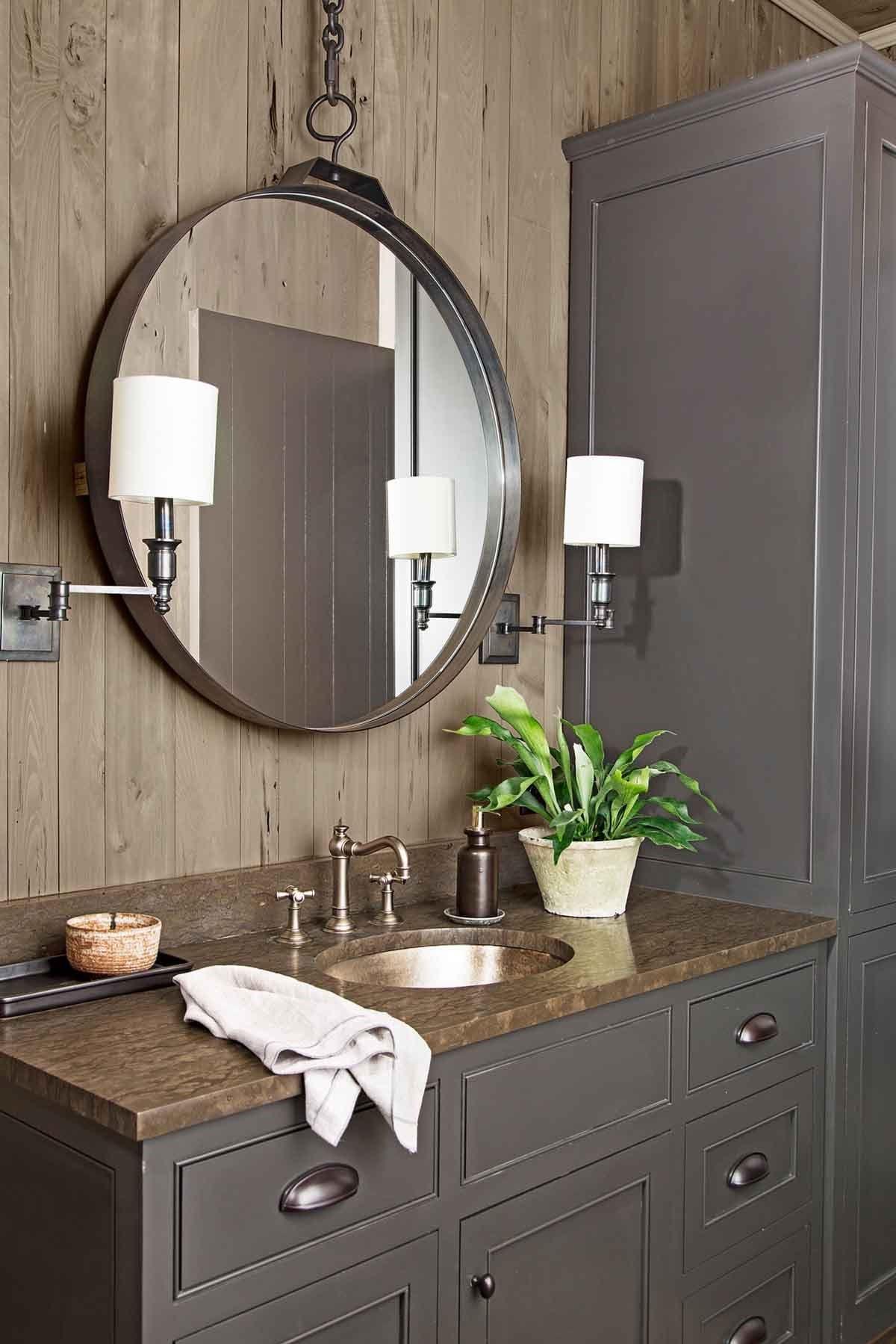 Le miroir consiste une partie essentielle de chaque salle de bains.
