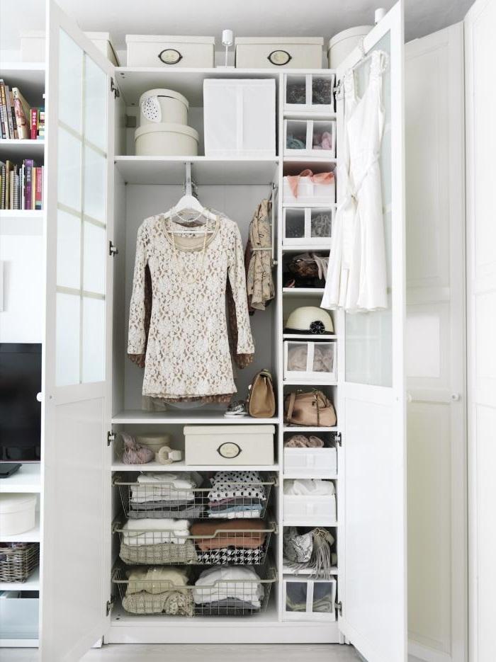 Utilisez chaque espace libre dans l'armoire pour arranges vos affaires.