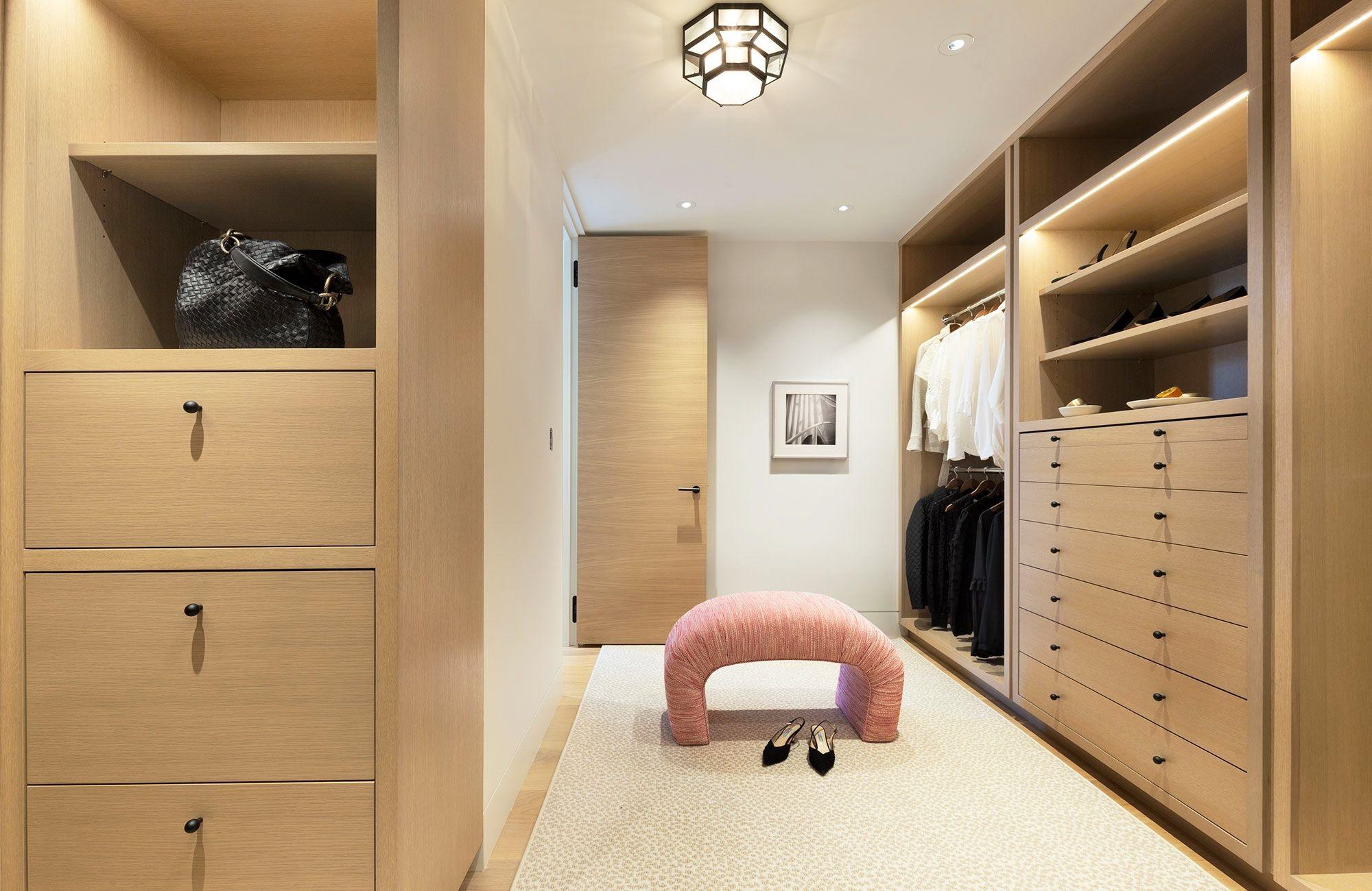 Les armoires encastrées sont consistent une excellente solution pour les espaces sous pente.