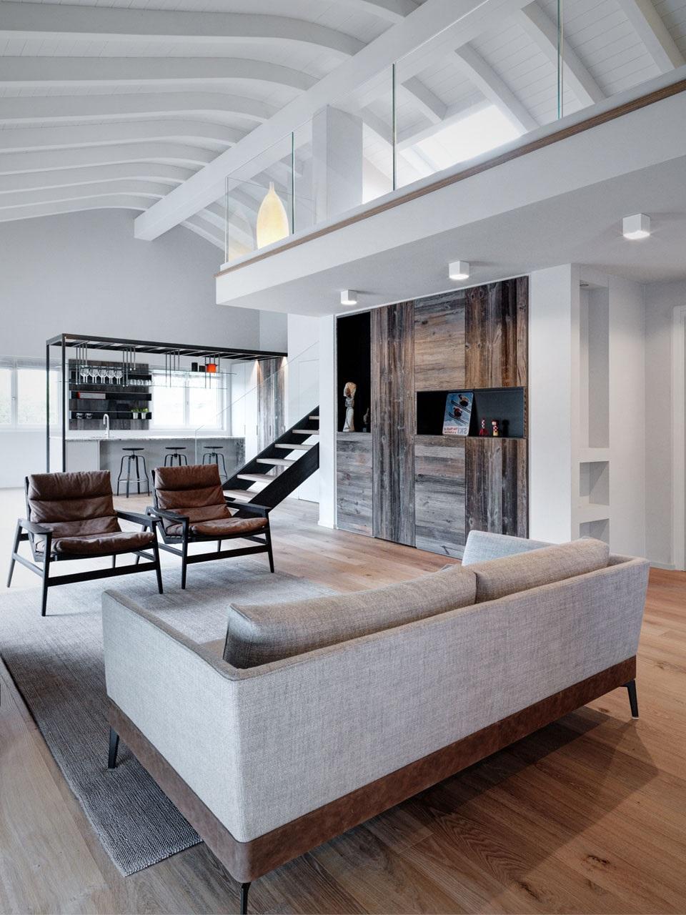 Salon sur deux niveaux avec section fenêtrée.