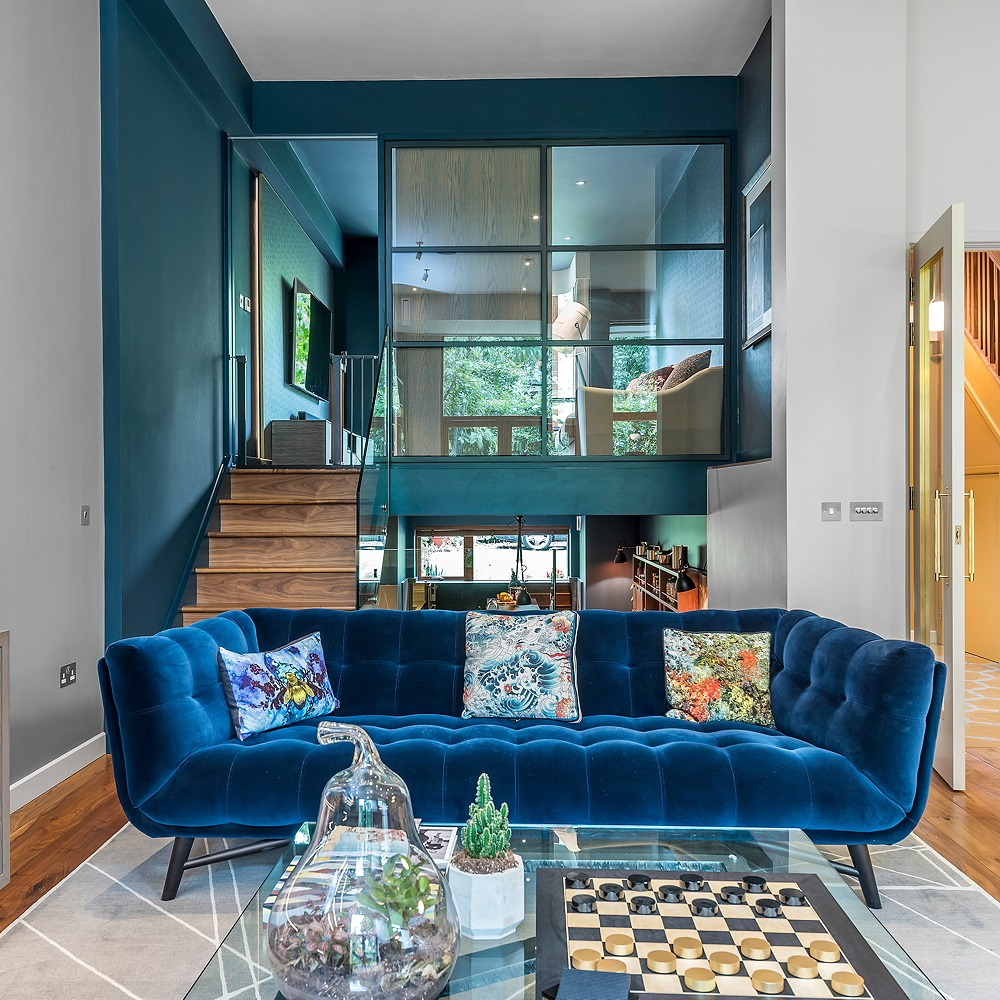 Idées de salon mezzanine: n'ayez pas peur des couleurs audacieuses.