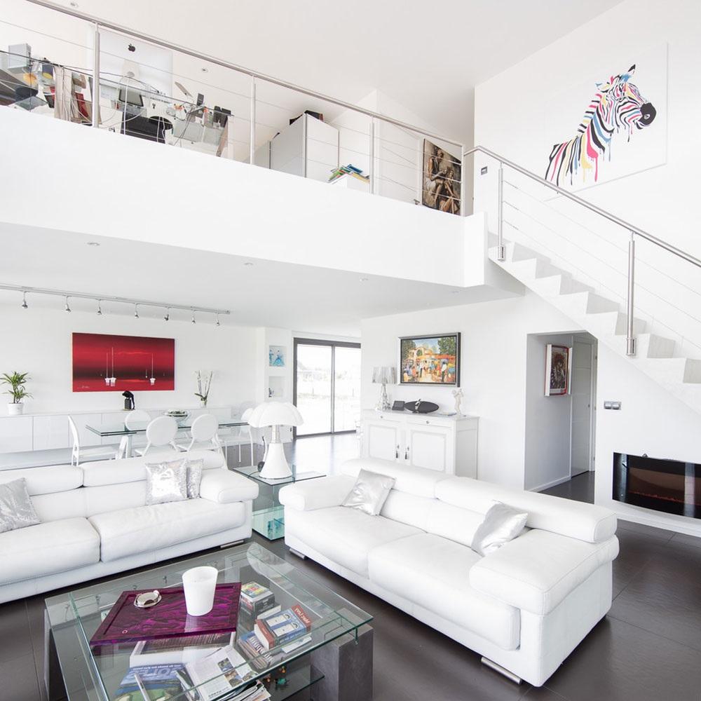 Salon sur deux niveaux.