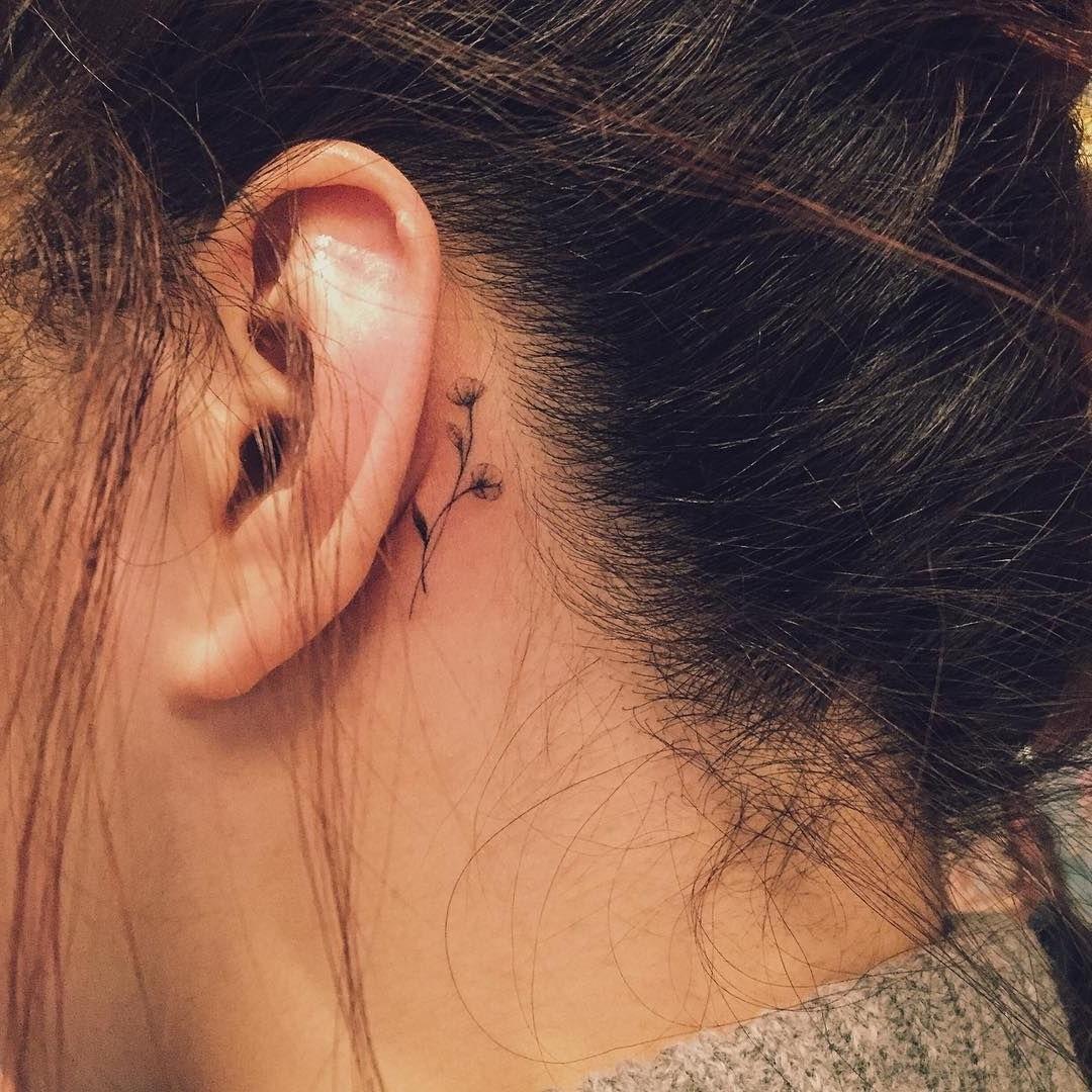 La bonne chose à propos des mini tatouages pour femme est qu'ils peuvent être cachés facilement.