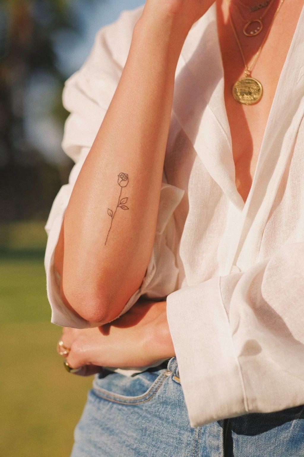 Mini tatouages pour femme: rose élégante.