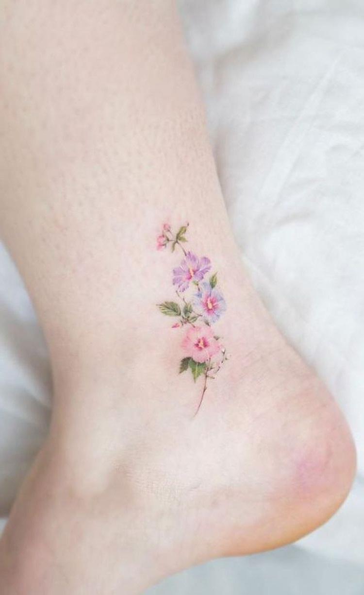 Tatouage minuscule sur la cheville.