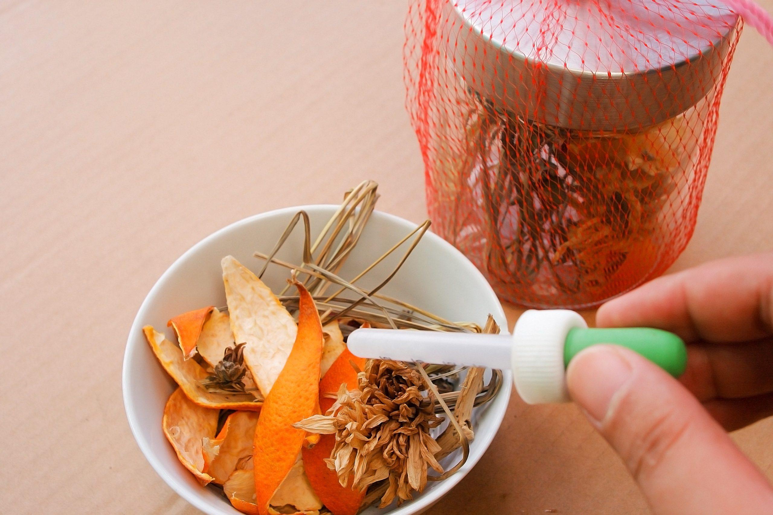 L'ajout d'huiles essentielles aux plantes et aux fleurs est une partie importante du processus.