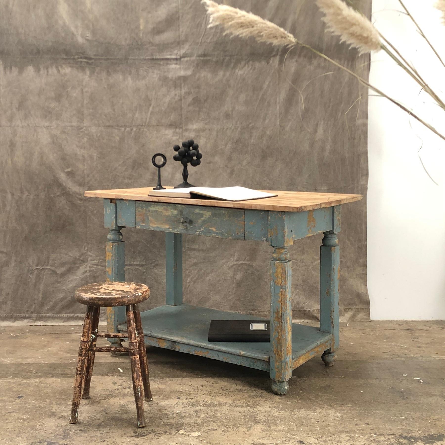 Il n'est pas nécessaire de poncer si la surface du bureau est déjà décoloréе.