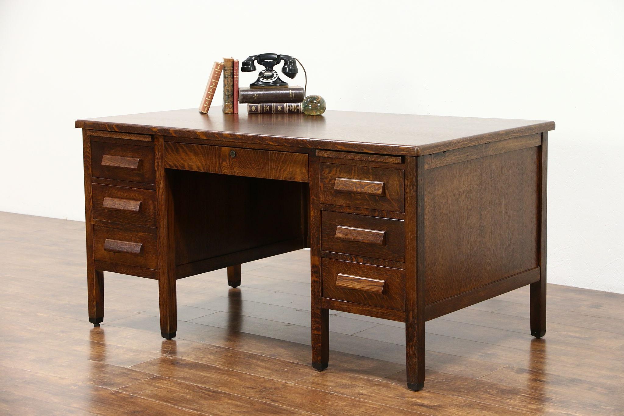 Utilisez un apprêt à base de latex si vous voulez repeindre un bureau en pin.