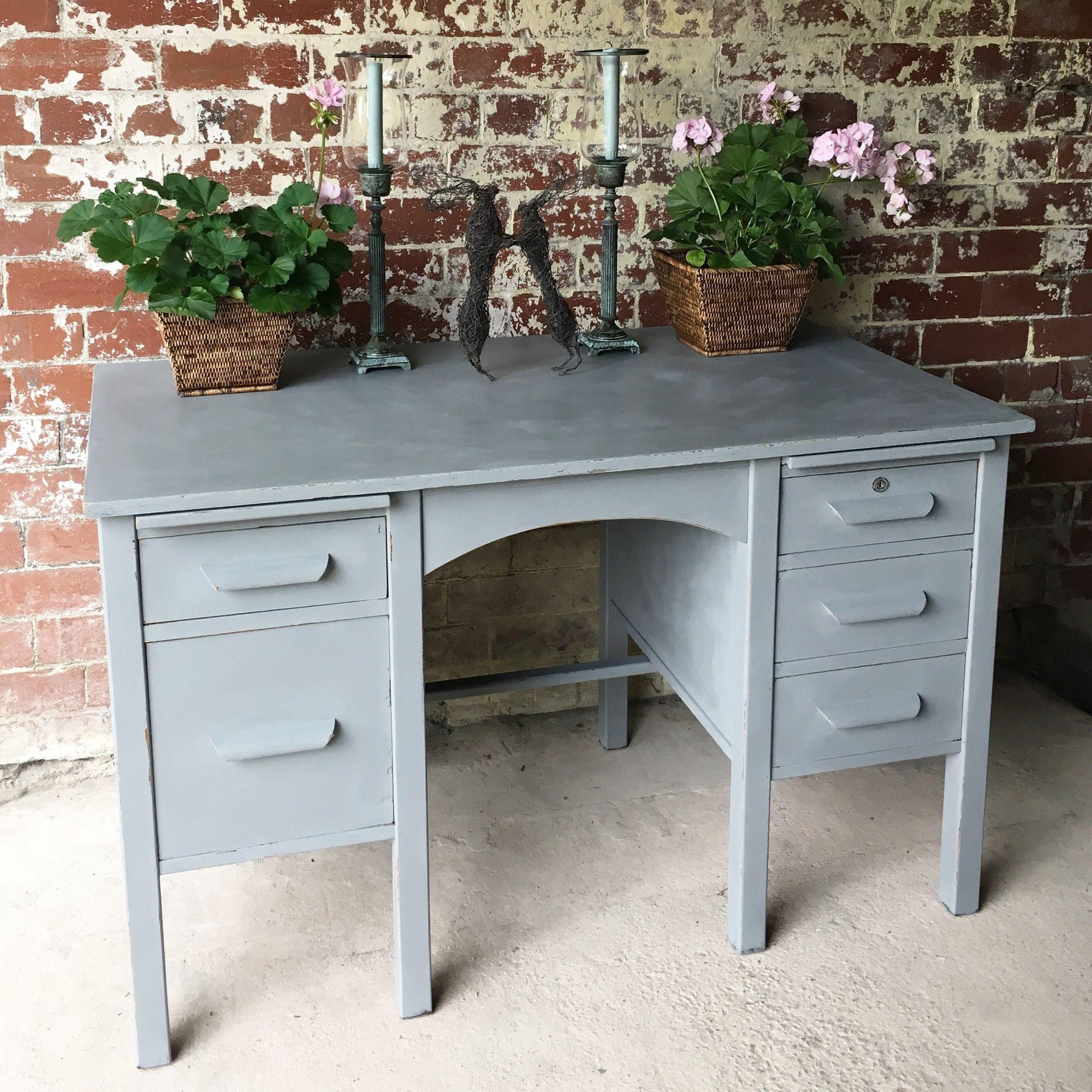 Repeindre un bureau en bois à la maison.