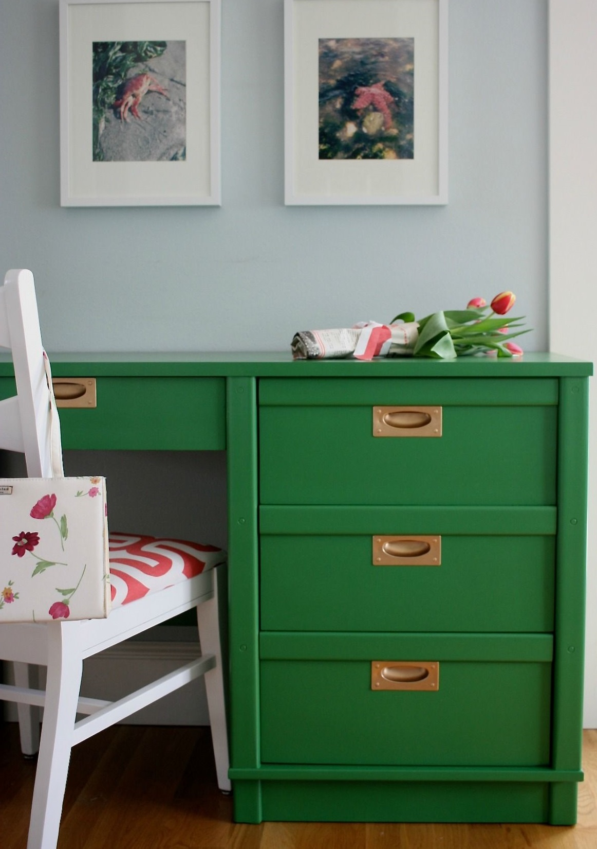 Assurez-vous de nettoyer le bureau avant de commencer le ponçage, sinon la peinture s'écaillera.