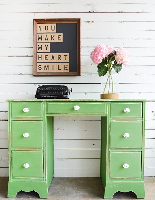Retirez les tiroirs afin qu'ils puissent être nettoyés et peints séparément.