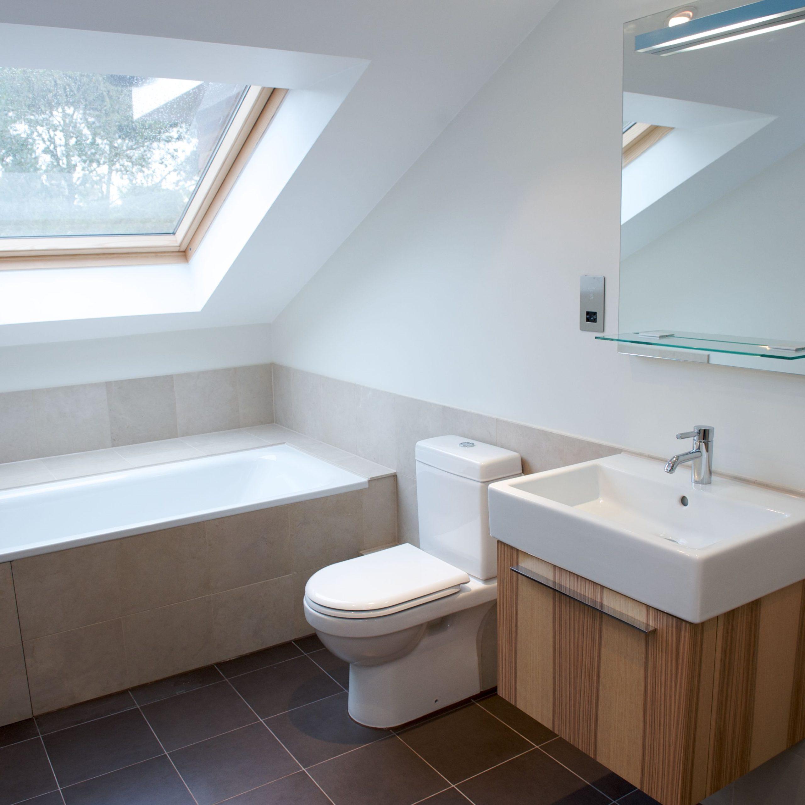 Salle de bains avec conception simple mais contemporaine.