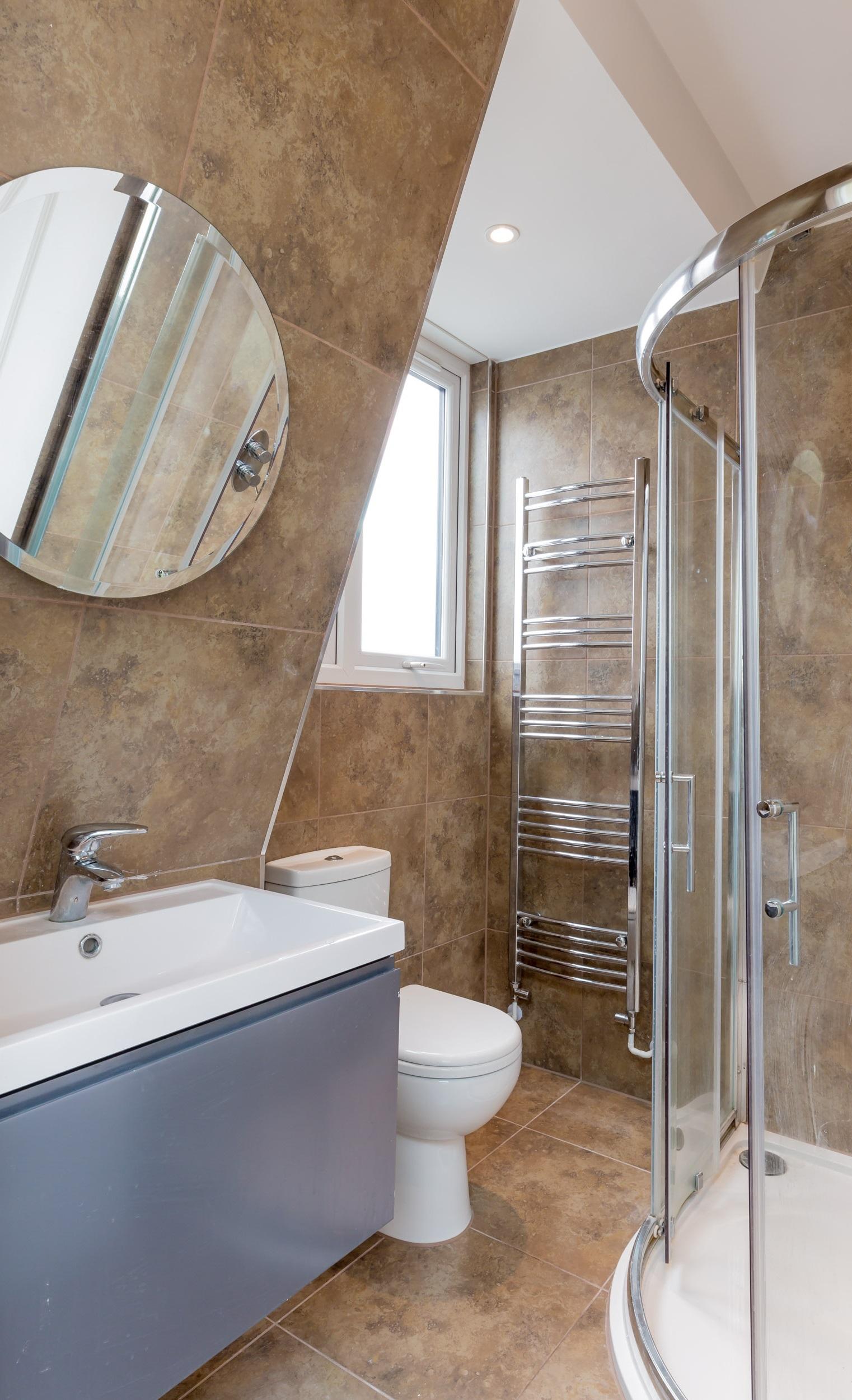 Salle de bains avec cabine de douche.