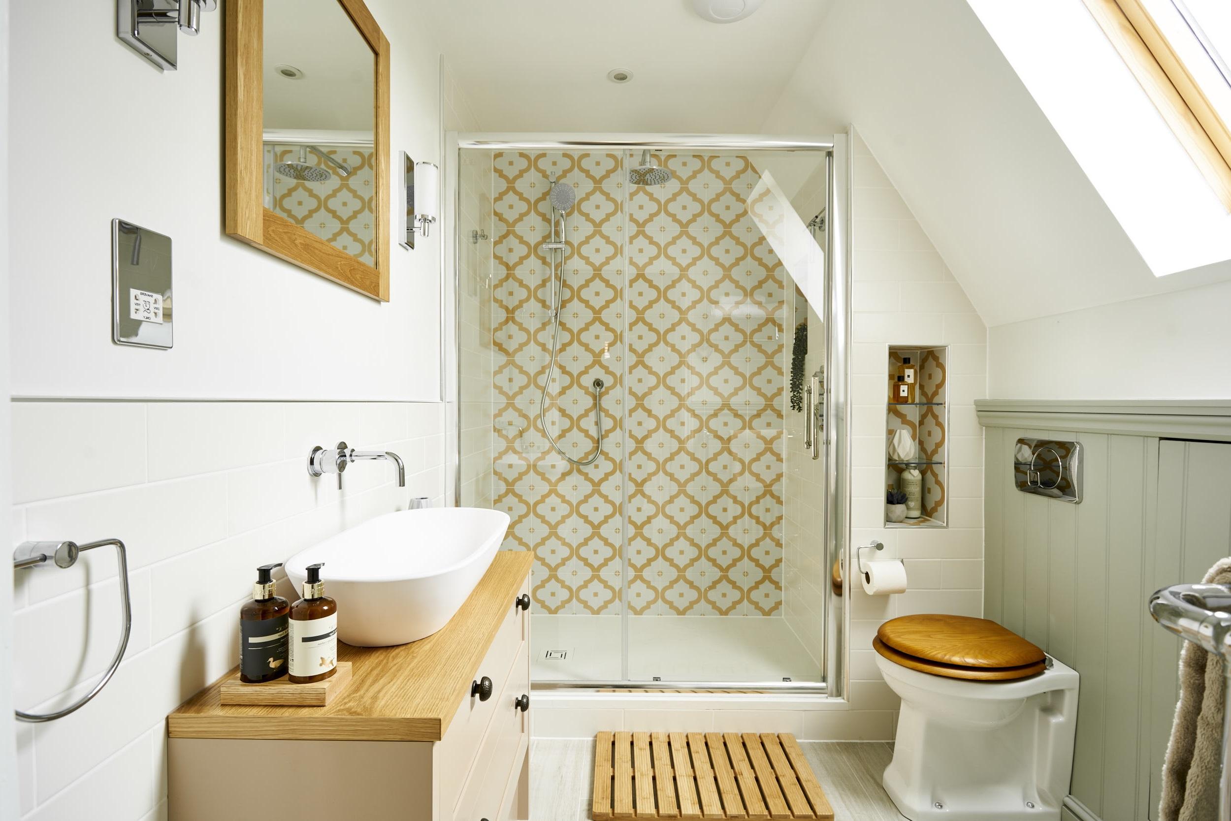 Salle de bains avec des éléments en bois.