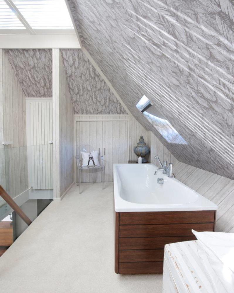 Salle de bains avec des murs gris pastel.