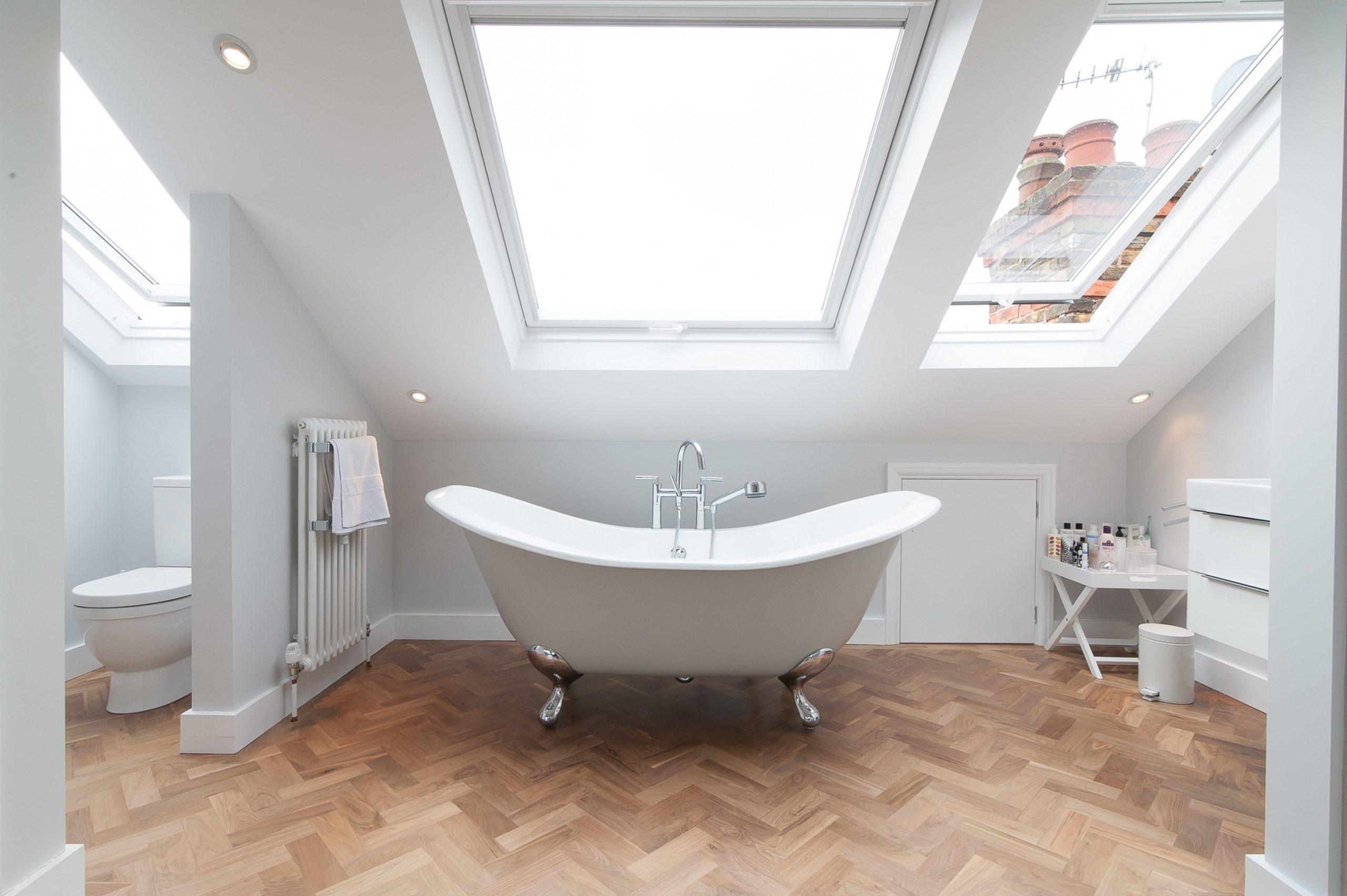 Une idée curieuse est de recouvrir le sol autour de la baignoire de parquet.