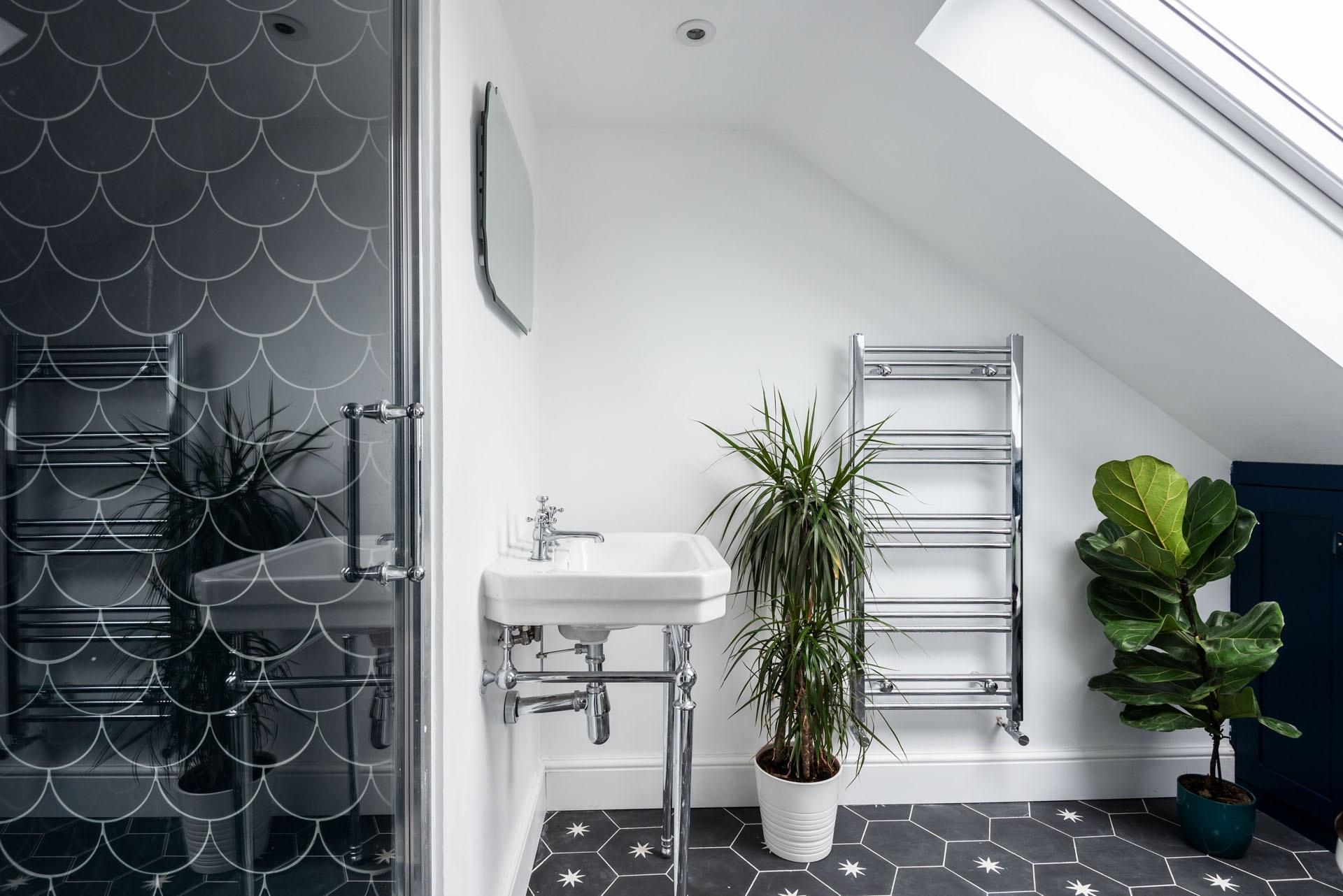 Salle de bains avec cabine de couche.