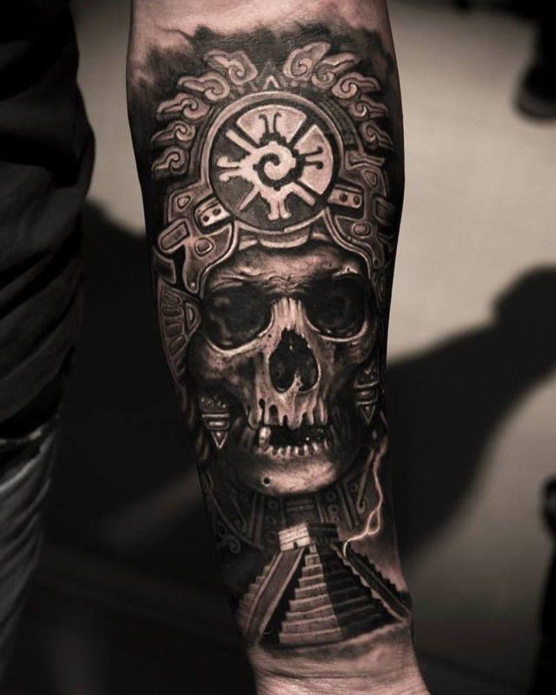 Tatouage maya: le symbole Hunab Ku au tête d'un crâne.