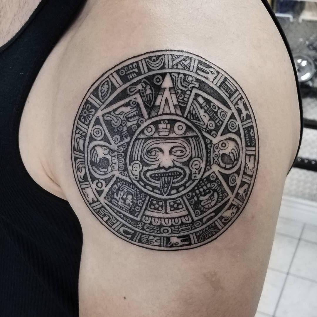 Calendrier tatoué sur le bras.