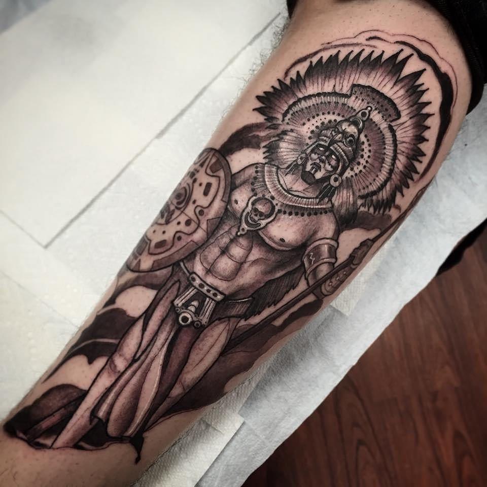 Guerrier tatoué sur le bras.
