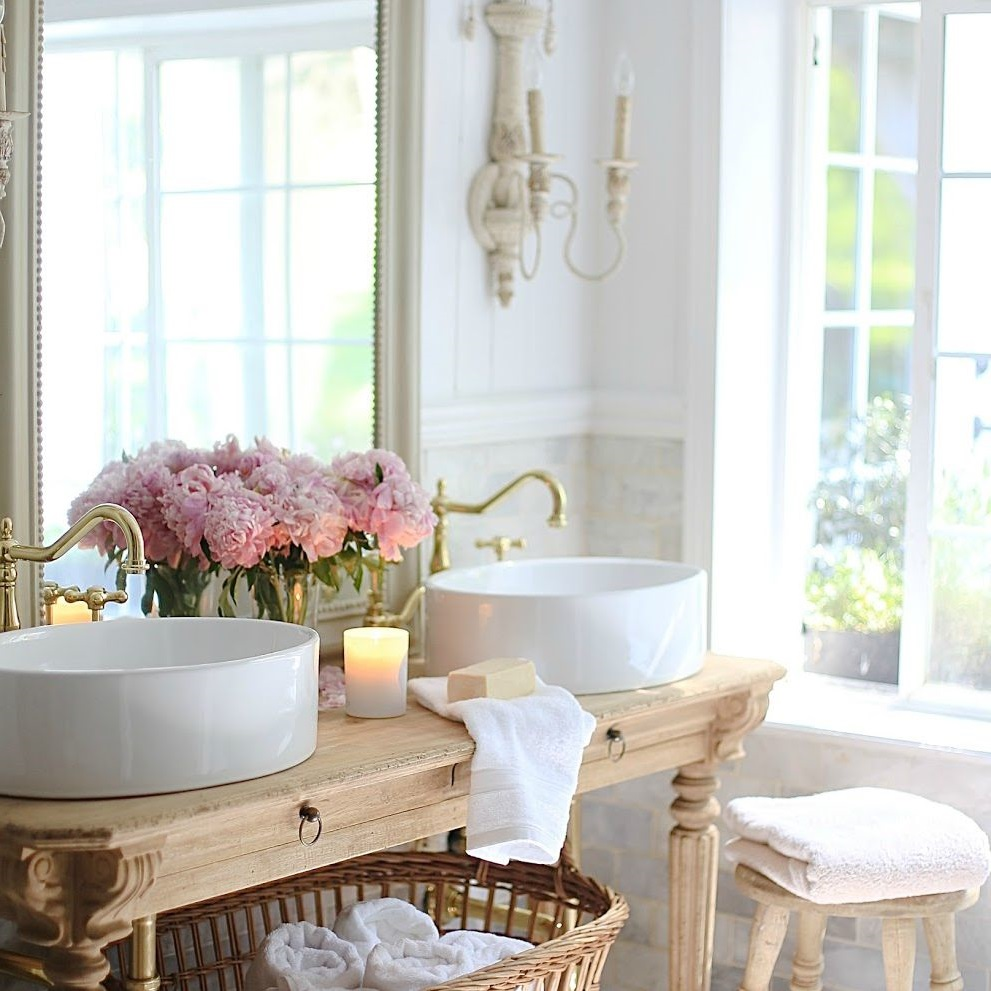 Salle d'eau country chic.