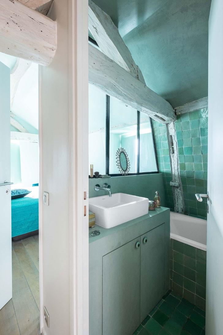 Salle de bains sous pente.
