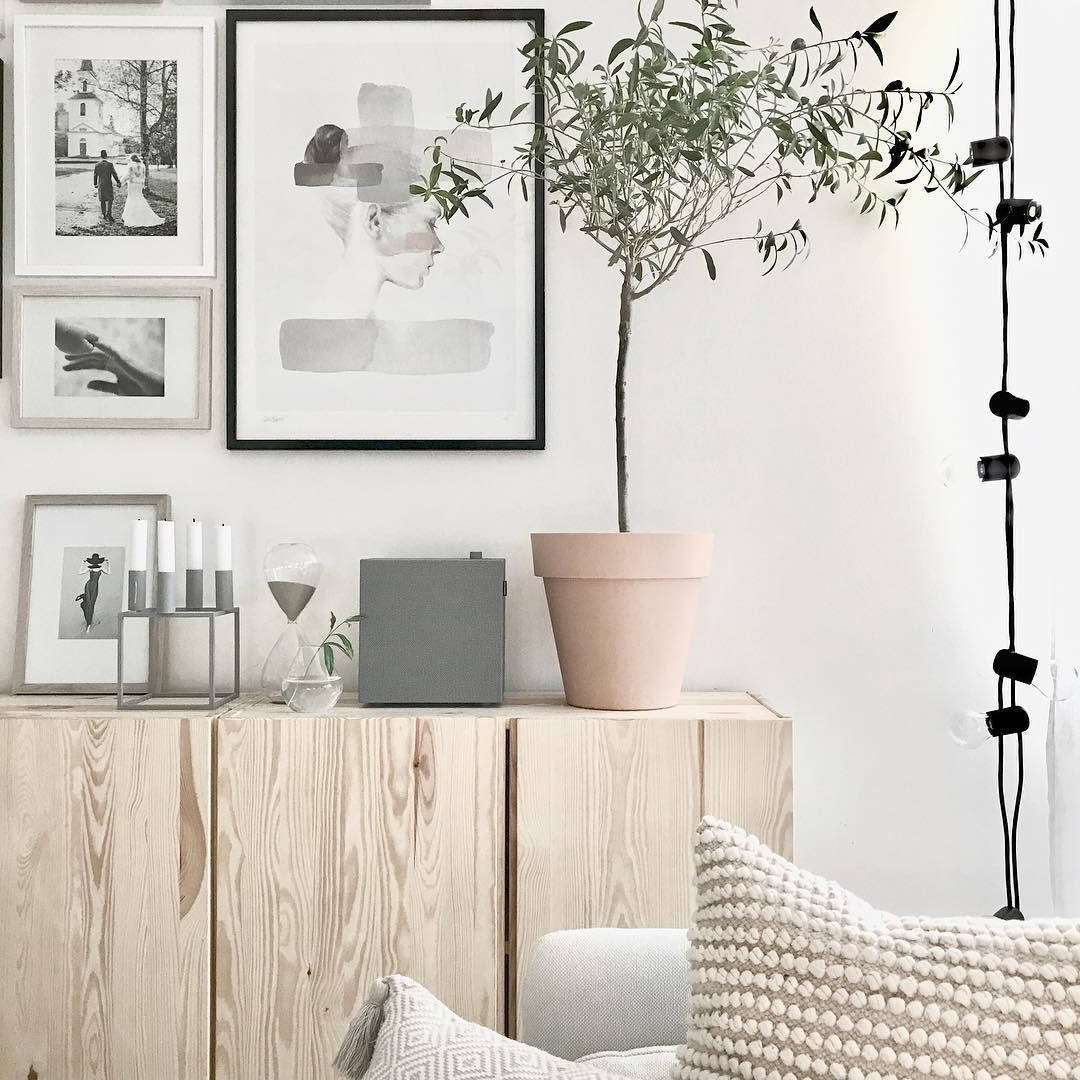 Solution minimaliste pour le mur dans le salon.