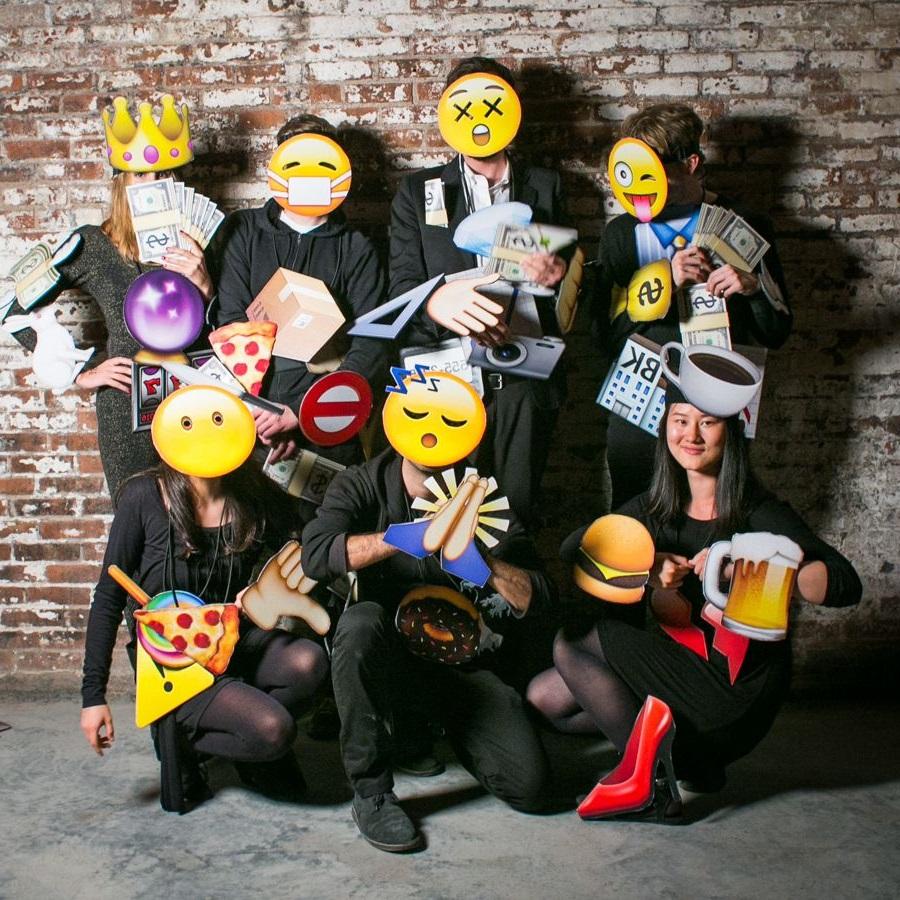 Costumes à thème emoji.