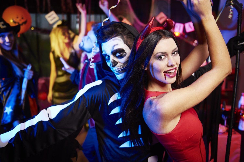 Organiser une soirée déguisée pour Halloween.