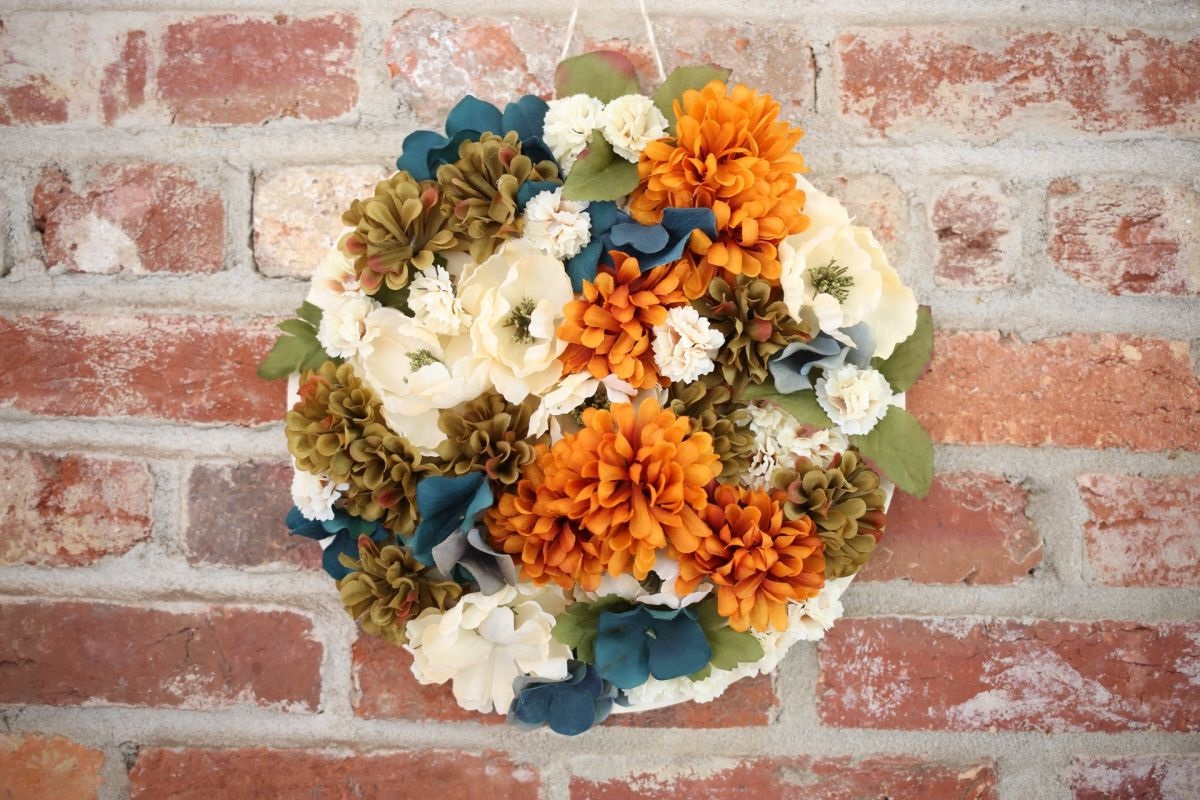 Bricolage d'automne avec des fleurs en papier.