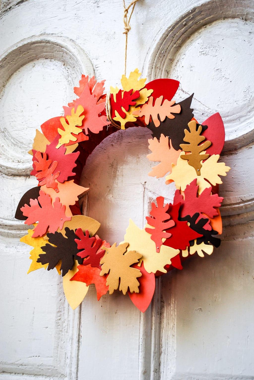 Bricolage d'automne avec des feuilles en papier.