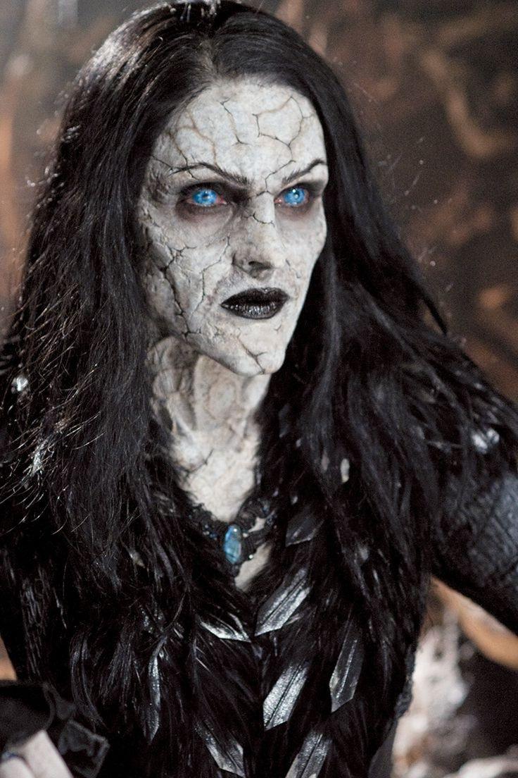 Déguisement et maquillage de sorcière.