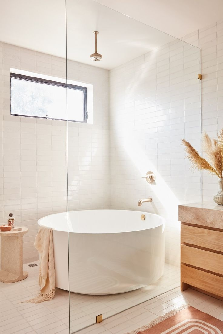 Salle de bain avec baignoire et douche.