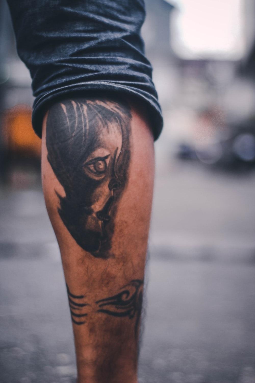 Tatouage jambe.