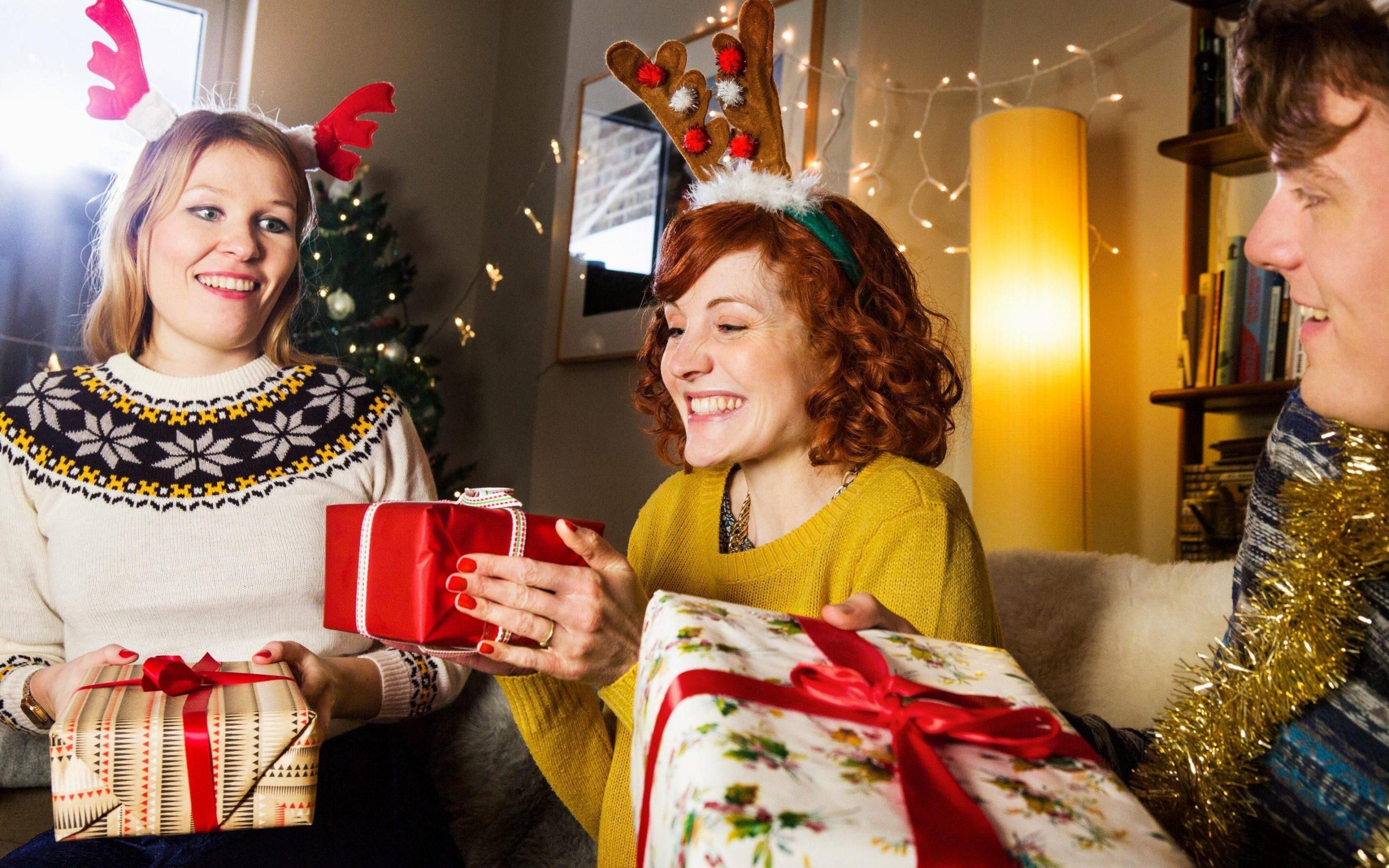 Cadeaux joliment emballés.