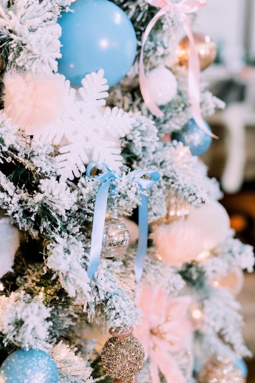 Sapin de Noël blanc et bleu.