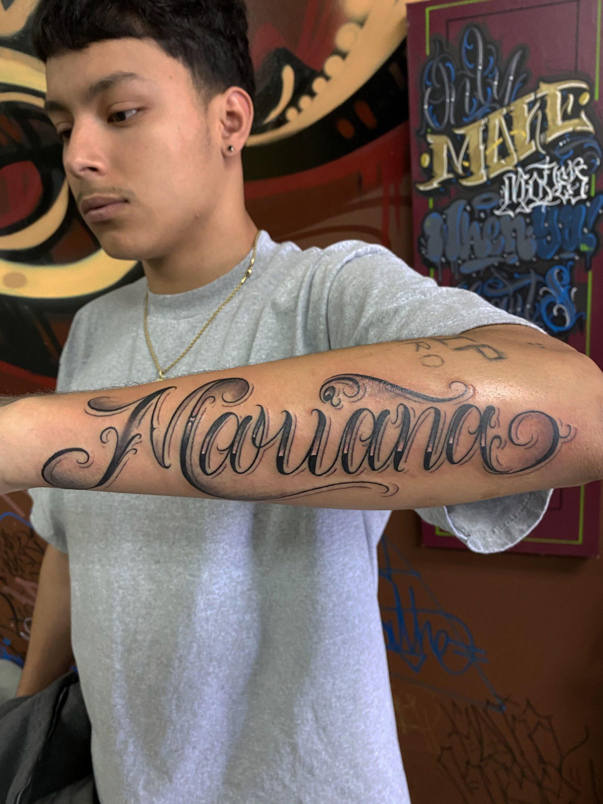 Tatouage de nom sur l'avant-bras pour homme