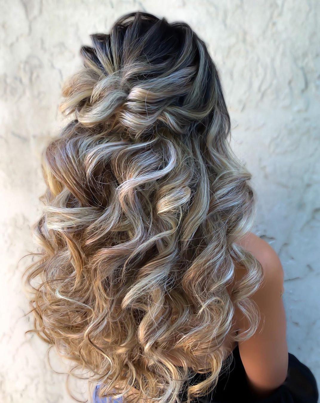 Coiffure de mariage pour cheveux longs.
