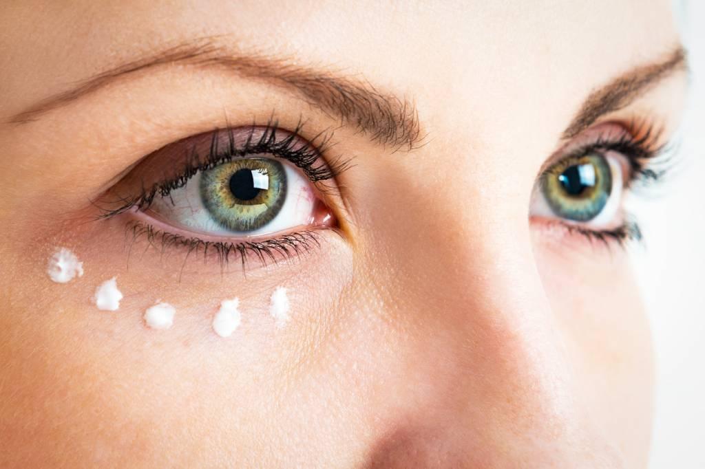 Comment appliquer la crème pour le contour des yeux ?