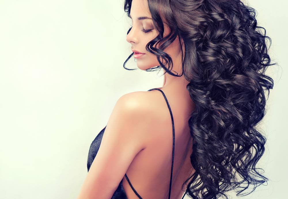 Prendre soin des cheveux frisés avec les bons produits