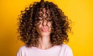 Beauté : comment prendre soin des cheveux frisés ?