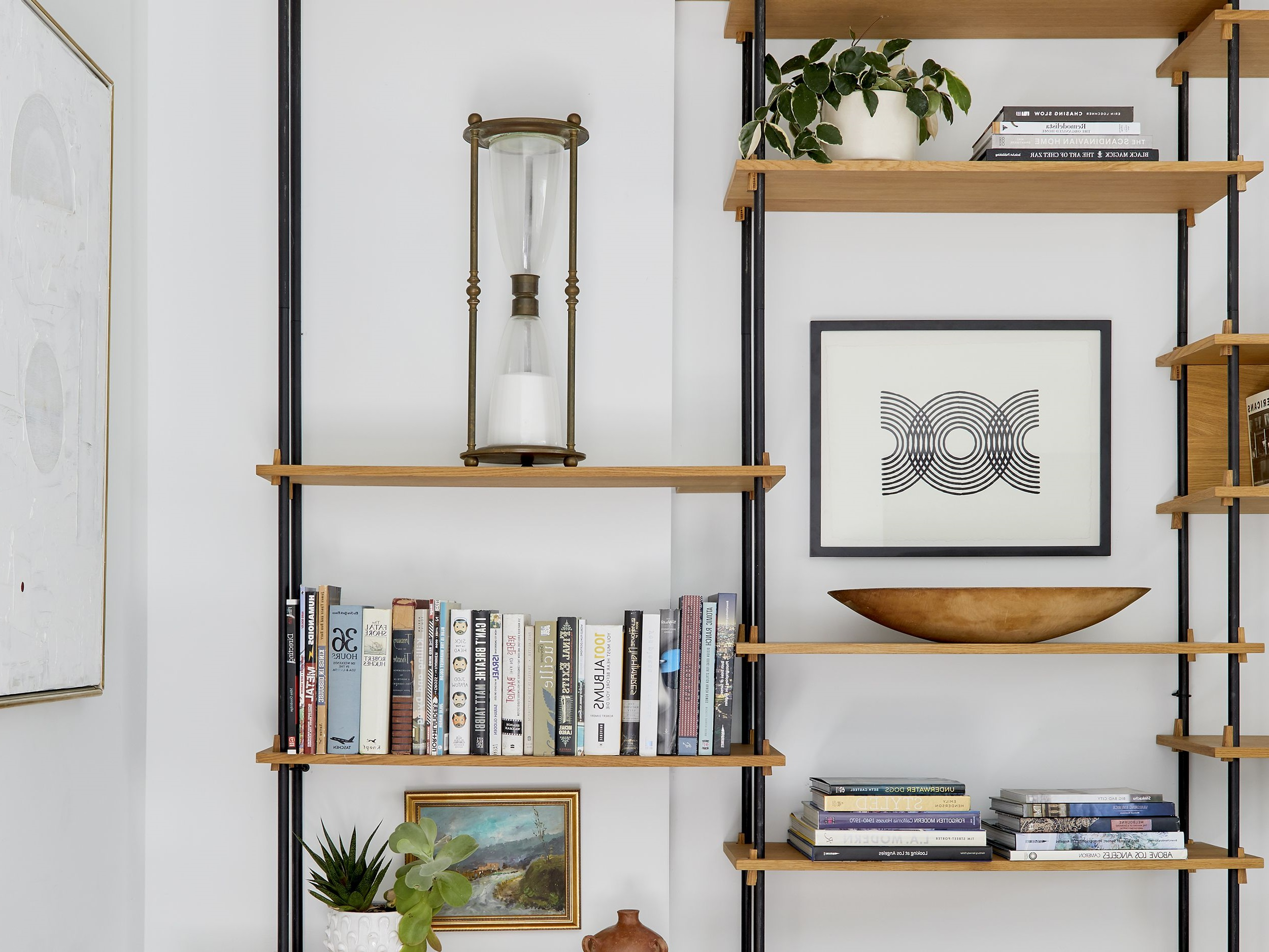 Un parfait exemple qui combine plusieurs éléments décoratifs sur l'étagère.
