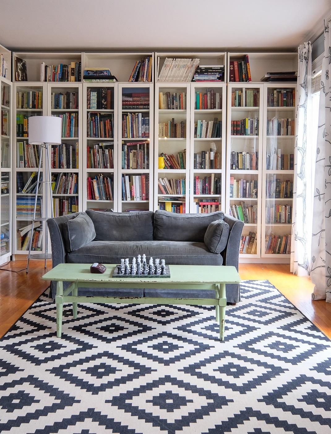 Étagère bibliothèque dans le salon.